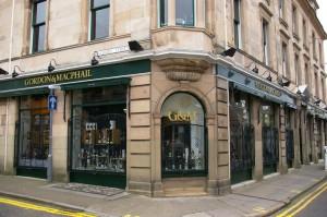 Najważniejszy sklep Gordon &MacPhail - jednocześnie jeden z ciekawszych pokoi do degustacji w Szkocji