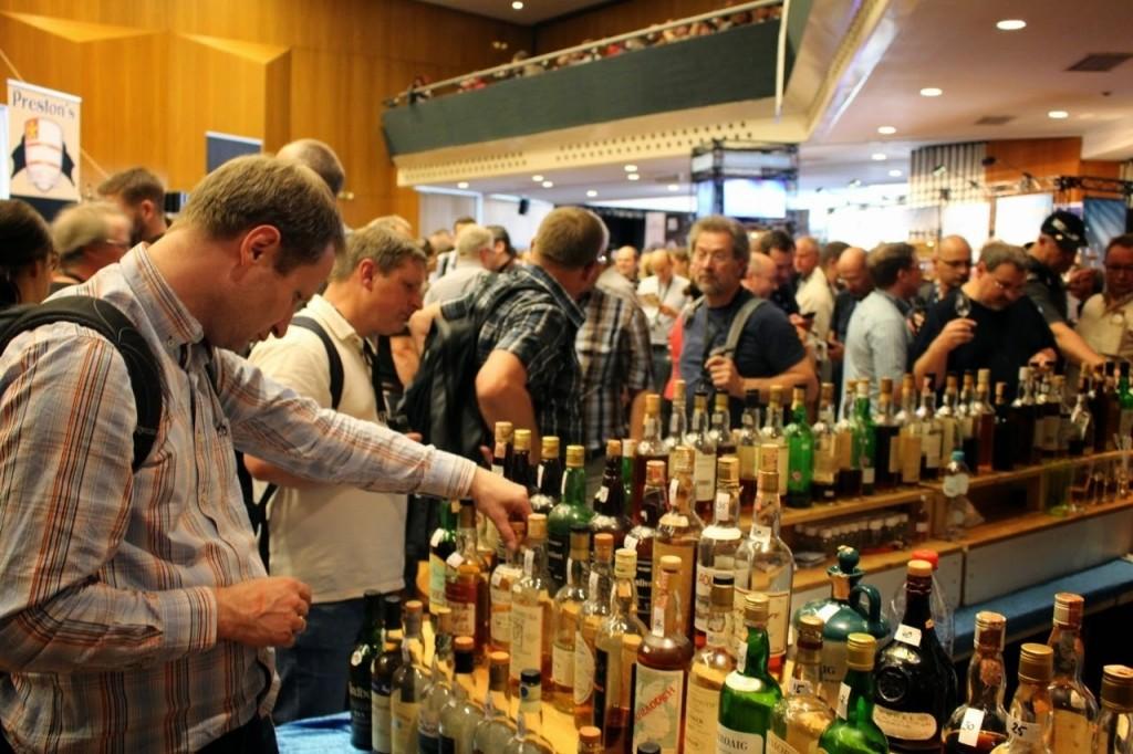 Trudny wybór whisky, a ludzi tłum.