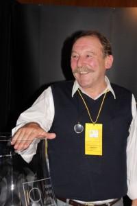 Charles Maclean losuje nagrody Whisky Magazyn podczas festiwalu.