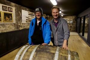 Whiskymywife w GlenGarioch przy beczce z której napełnialiśmy własną  butelkę!