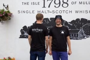 Whiskymywife przed destylarnią Tobermory
