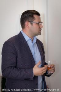 Tomasz Urbanski Brand Manager Moët Hennessy w trkacie omawiania whisky z Glenmorangie