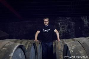 Daniel Lichota i beczki po sherry w destylarni Lagavulin